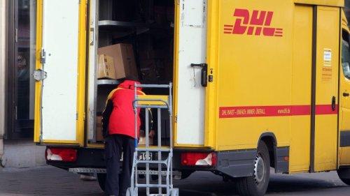 DHL in Erfurt: Frau traut Augen kaum – SIE bedienen sich am Wagen