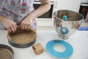 How to line a round cake tin
