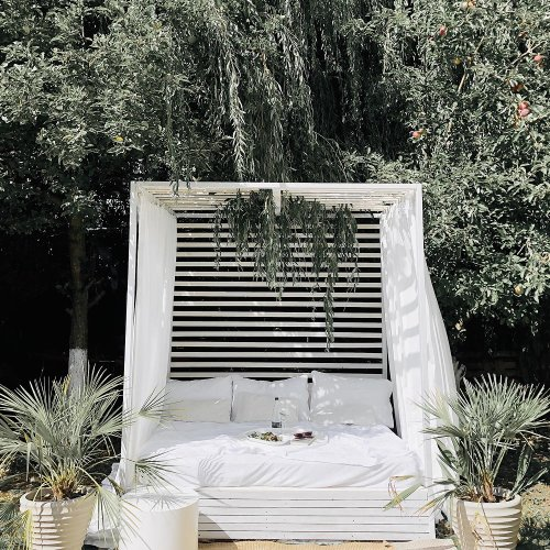 See how a creative Instagrammer turned some old pallets into an Ibiza-style daybed