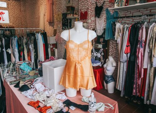 Boudoir: nesta loja a lingerie vintage salta à vista e as tatuagens complementam