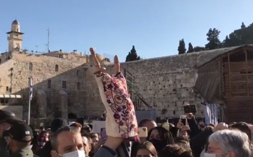 Using his immunity, Labor MK smuggles Torah for women to read at Western Wall