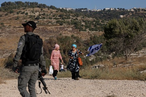 Hundreds of settlers march against Palestinian construction