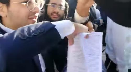 Haredi demonstrators harass Women of Wall worshipers, tear their prayer books