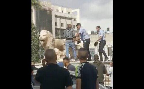 Un Palestinien brise des statues de lions emblématiques à Ramallah