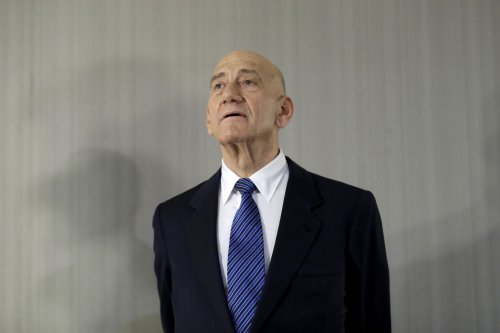 Netanyahu threatens ex-PM Olmert with lawsuit for calling family mentally ill