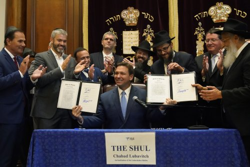 In synagogue, Florida governor signs law mandating moment for school prayer