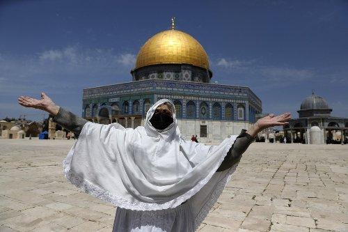 70,000 Muslim worshipers flock to Jerusalem for 1st Friday prayers of Ramadan