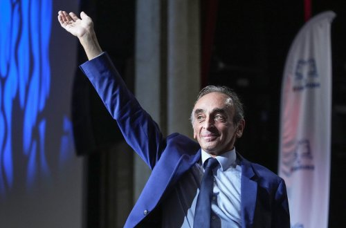 French far-right presidential contender slammed for pointing gun at journalists