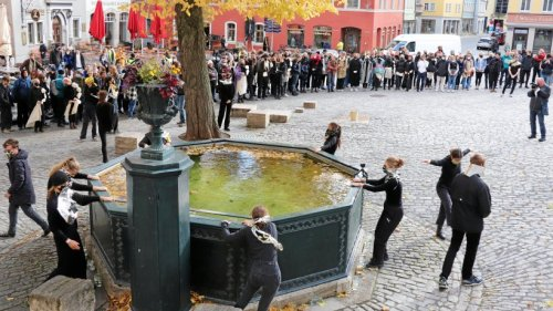 Originelle Performance rings um Weimarer Brunnen