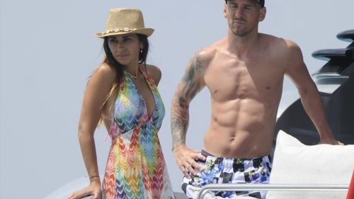Lionel Messi Shows Off Shredded Abs On Vacay ... With Wife & Suarez
