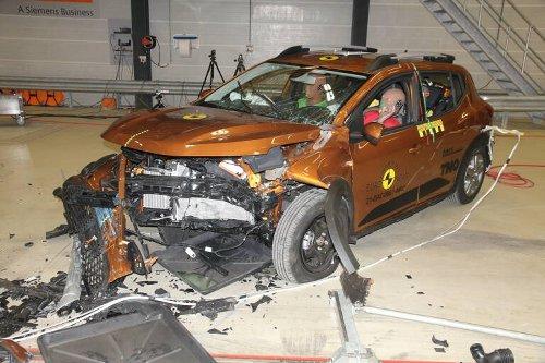 Euro NCAP, solo due stelle per Sandero e Logan. Pieni voti per ID.4 ed Enyaq | MotorLabs