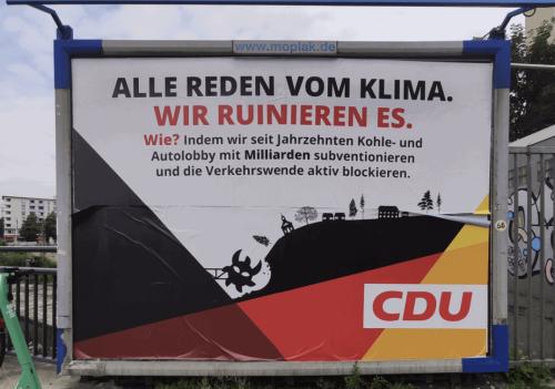 """Fake-CDU-Plakate in Düsseldorf: """"Alle reden vom Klima. Wir ruinieren es."""""""