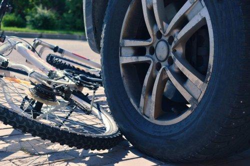 Stadtmitte: PKW ignoriert rote Ampel – Fahrradfahrer schwer verletzt