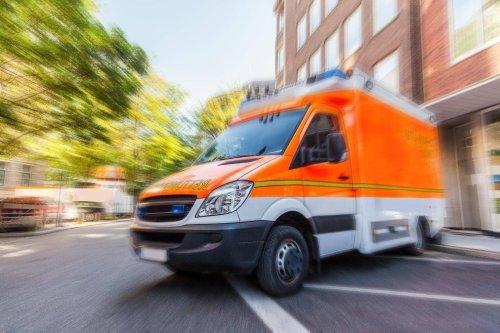 Motorradfahrer kollidiert mit Auto und stirbt noch an der Unfallstelle
