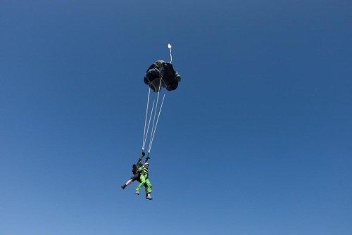 Fallschirmlehrer stirbt bei Tandemsprung – weil er Passagier rettet