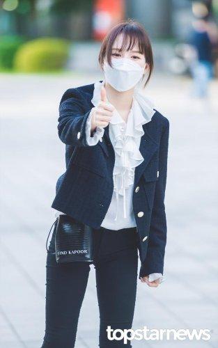 [HD포토] 레드벨벳(Red Velvet) 웬디, '역시 러비가 최고야' (웬디의 영스트리트 출근길) #레드벨벳 #RedVelvet #웬디 #영스트리트 #출근 #퇴근 #패션 #프리뷰