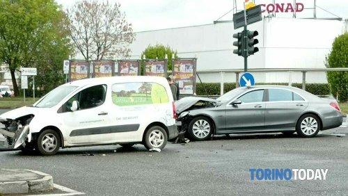 Incidente a Torino Vallette, due auto si scontrano all'incrocio: due persone trasportate in ospedale