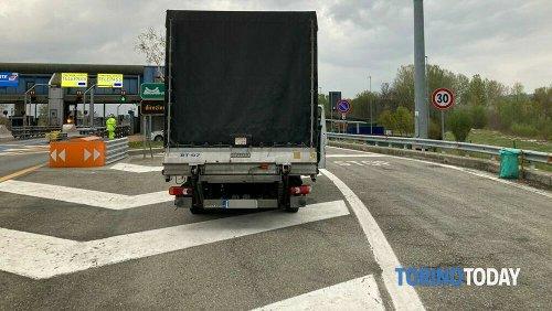 Il camion viaggia in autostrada Torino-Bardonecchia guidato dall'autista completamente ubriaco: denuncia e patente ritirata