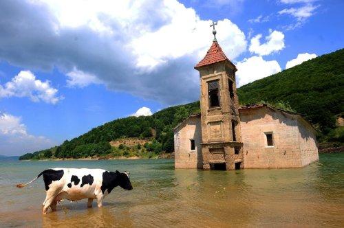 Die Kirche, die immer wieder aus den Fluten auftaucht