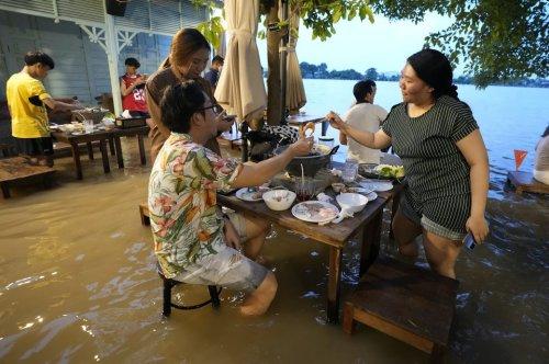 Überflutetes Lokal in Thailand wird zum Renner