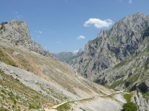"""Ruta del Cares, la """"Garganta Divina"""" al corazón de los Picos de Europa"""