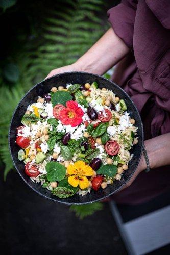 Rezept für 30 Minuten Orzo Nudelsalat Greek Style, vegetarisch mit Feta, Gurken und Oliven