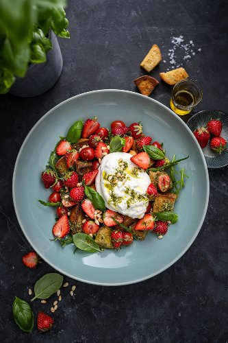 Erdbeer Panzanella Caprese Salat mit Burrata - mein liebstes Soulfood Sommer Rezept zum Sattessen! - trickytine