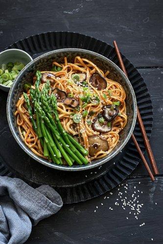 Die besten spicy Sriracha Asia Nudeln - mein liebstes veganes Rezept & blitzschnell in 30 Minuten auf dem Tisch! - trickytine