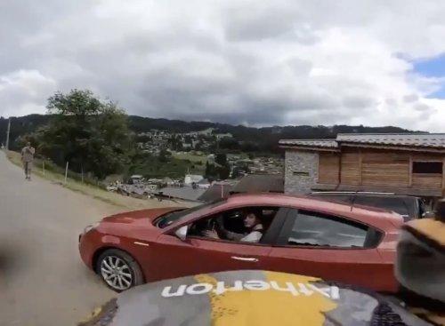 VIDEO - Un automobiliste manque de tuer un cycliste en pleine course