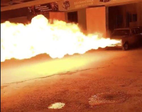 VIDEO - Un Russe installe des lances-flamme terrifiants sur sa voiture