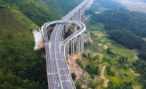VIDÉO - Cette énorme autoroute de montagne ne sert qu'à faire demi-tour