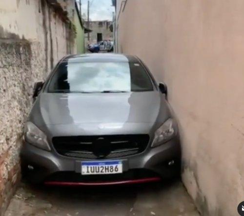 VIDEO - On souhaite bonne chance au conducteur de cette Mercedes