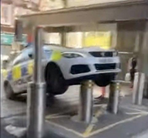 VIDEO - Un policier mal garé se fait punir instantanément