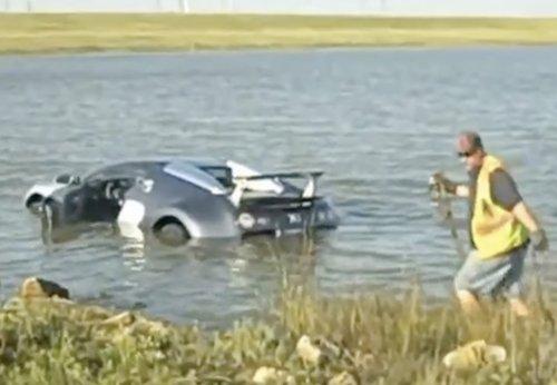 VIDEO - L'incroyable sauvetage de la Bugatti jetée dans le lac