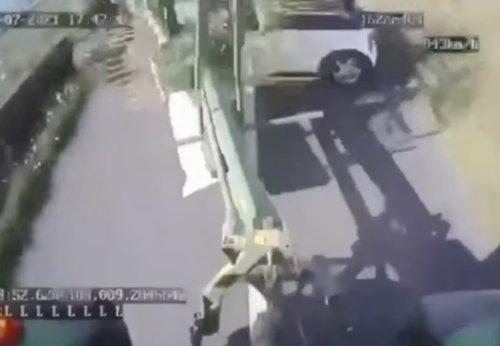 VIDEO - Il n'aurait jamais dû essayer de doubler le tracteur