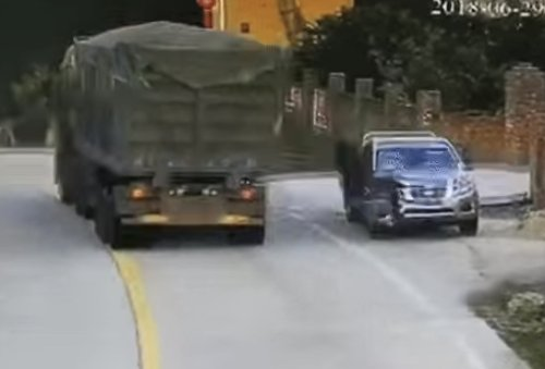 VIDEO - Votre journée sera sans doute meilleure que celle de ce conducteur