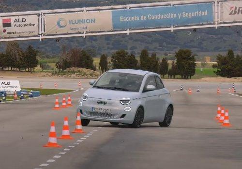 VIDEO – La Fiat 500e passe le test de l'élan haut la main