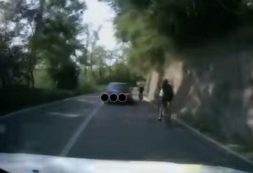 VIDEO - Un conducteur énervé renverse volontairement un cycliste