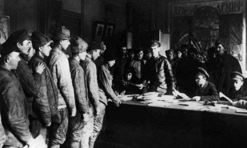 Revolution, Säuberung, Weltkrieg: Eine Doku zur Geschichte des Mythos
