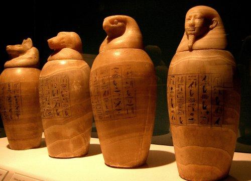 De cima a baixo: Como os egípcios mumificavam os corpos?