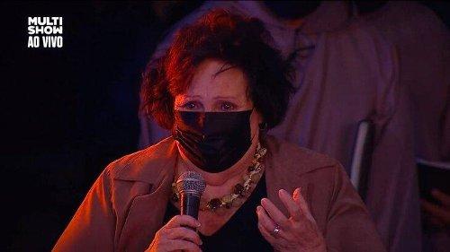 Mãe de Paulo Gustavo comove ao cantar para o filho em missa de sétimo dia do ator