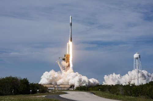 SpaceX's Falcon 9 lifts off, en route to International Space Station