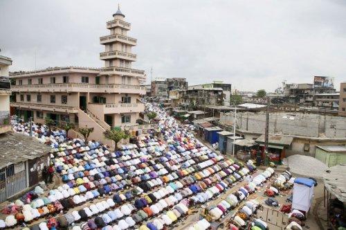 Muslims worldwide celebrate start of 'Festival of Sacrifice'