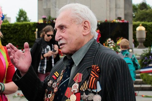 Last of Soviet Soldiers Who Liberated Auschwitz Dies at 98 | World News | US News