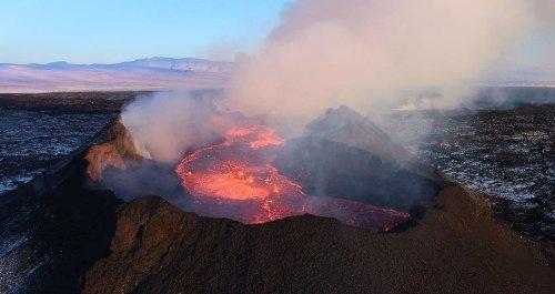 En Islande, un volcan en éruption crache désormais des geysers de lave et les images sont spectaculaires