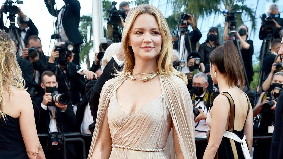 Festival de Cannes 2021 : Virginie Efira éblouissante en Dior sur le tapis rouge de Benedetta