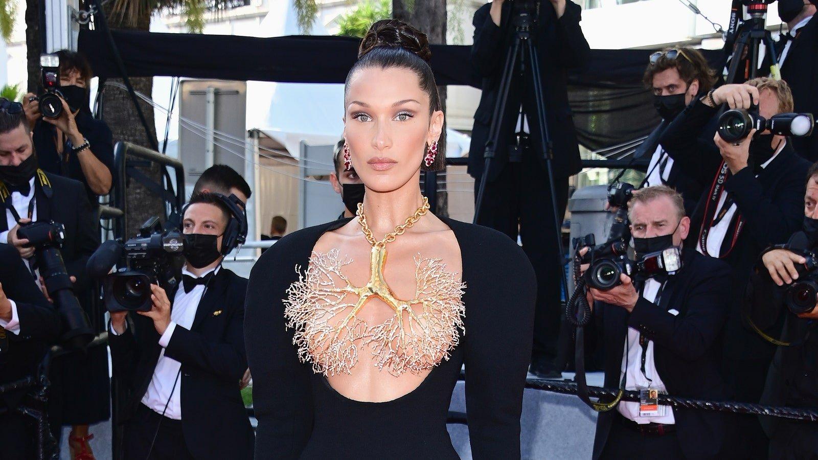 Festival de Cannes 2021 : Bella Hadid embrase le tapis rouge de Cannes avec une époustouflante « robe-poumons » Schiaparelli