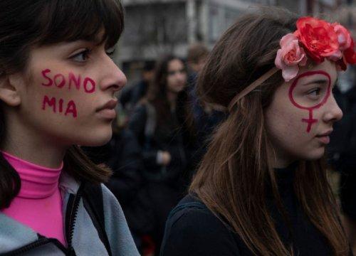 Violenza donne: durante la pandemia +79,5% di chiamate al numero 1522 - VanityFair.it