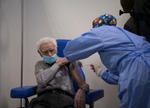 Vaccini, primi risultati: l'immunità funziona, quasi azzerati i casi mortali - VanityFair.it