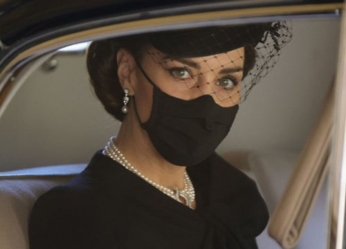 Perle e diamanti, i «gioielli bianchi» indossati al funerale di Filippo da Kate (e non solo) - VanityFair.it
